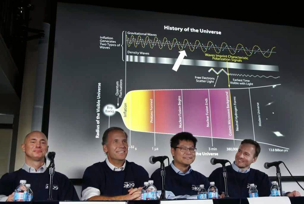 Clem Pryke, Jamie Bock, Chao-Lin Kuo e John Kovac em conferência de imprensa no Harvard-Smithsonian Center for Astrophysics in Cambridge, Massachussets