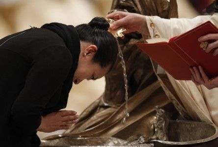 Pope Benedict XVI (R) baptizes Iris Teo Pech Leng from Singapore as he leads the Easter Vigil mass in Saint Peter's Basilica in Vatican April 23, 2011.   REUTERS/Alessandro Bianchi (VATICAN - Tags: RELIGION)