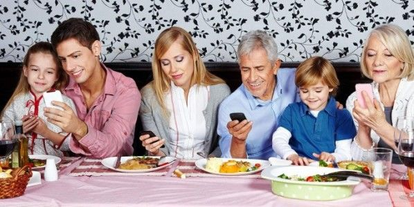 smart-phone-usage-at-family-dinner-table-e1402412898116